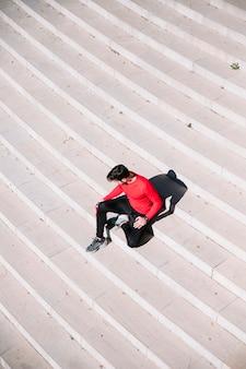 Van bovenaf het ontspannen van de mens op stappen