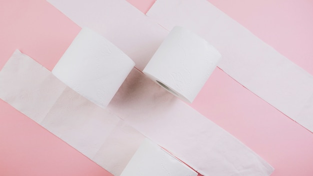 Van bovenaf rollen tissuepapier