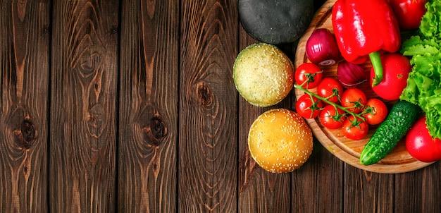 Van bovenaf schot van broodjes en groenten
