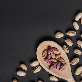 Van bovenlepel met geschilde pistachenoten