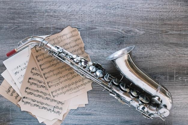 Van bovenstaande saxofoon op bladmuziek