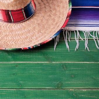 Van de cinco de mayo van mexico fiesta houten mexicaanse sombrero als achtergrond