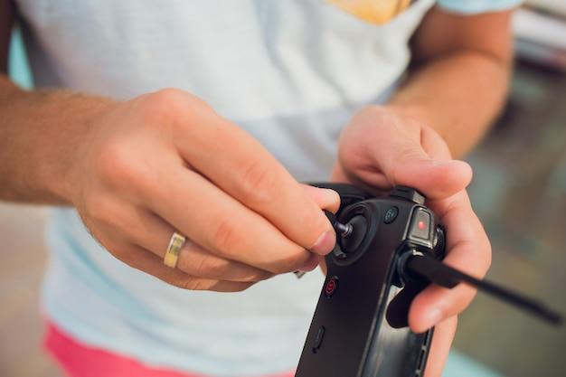 Van de de hobbyvrije tijd van de afstandsbedieninghommel het concept van de de technologieinnovatie. installatie van de joystick