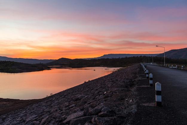 Van de de rivierzonsondergang van de schemeringhemel de purpere en oranje avond van het het landschapsmeer