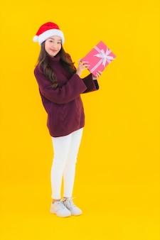 Van de de slijtagekerstmis van de portret mooie jonge aziatische vrouw de decoratiethema