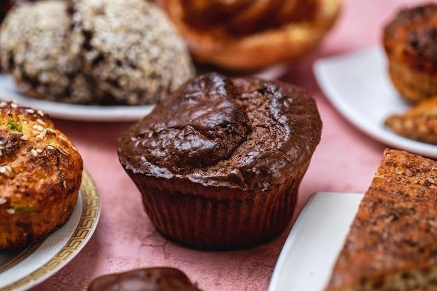 Van de de suikers boter boter zure room van cupcakes het donkere chocolade zijaanzicht jpg