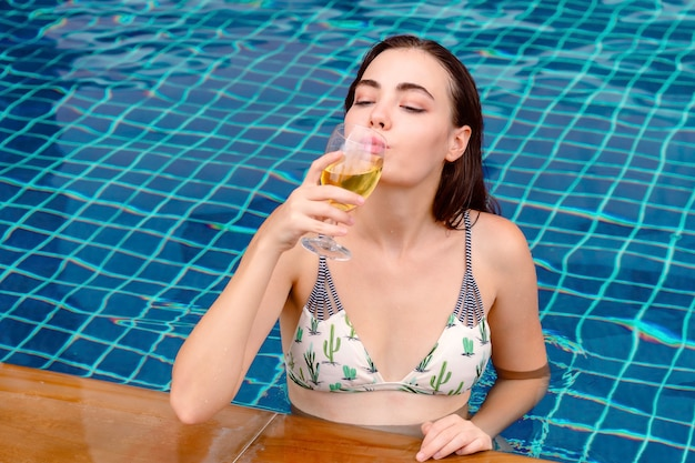 Van de de vieringspartij van het bikinimeisje van de de zomervakantie de vakantieconcept