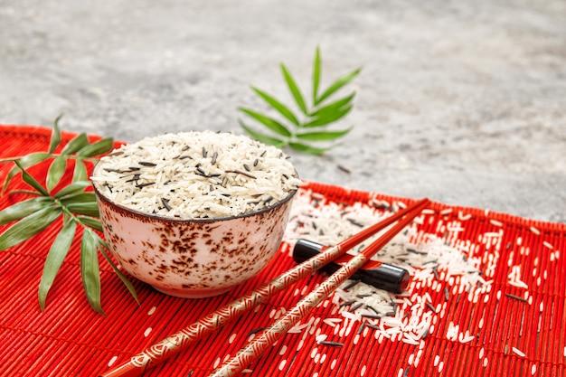 Van de het achtergrond bamboemat van rijsteetstokjes aziatische keuken