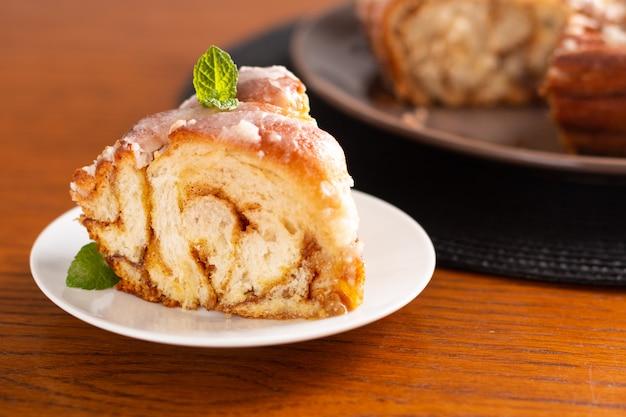 Van de het concepten het verse gebakken eigengemaakte kaneelbroodje van de voedselbakkerij gevlechte brood met exemplaarruimte