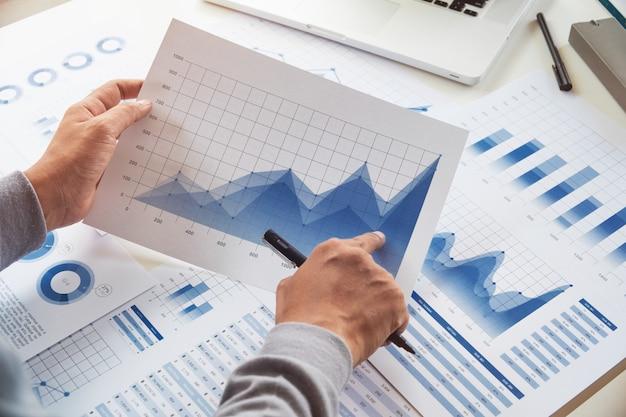 Van de het documentgrafiek van zakenman de werkende gegevens financiële zaken