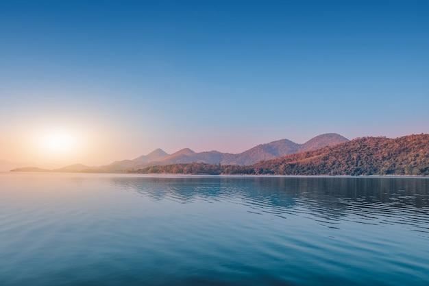 Van de het riviermeer van landschappen de meningsberg in ochtend