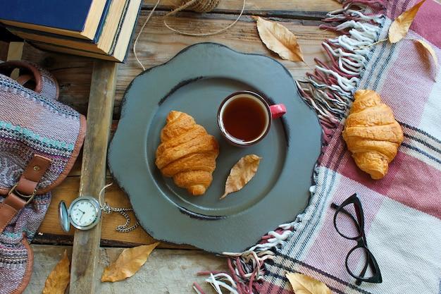 Van de het stemmings franse ontbijt van de herfst de samenstellingskop thee en croissants