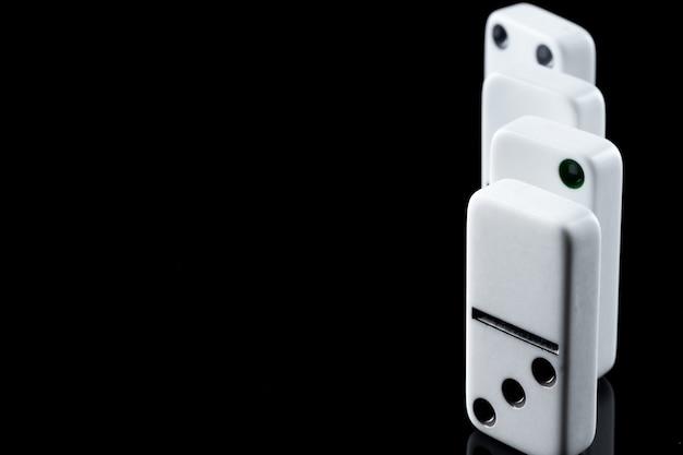 Van domino-stukken op zwarte achtergrond