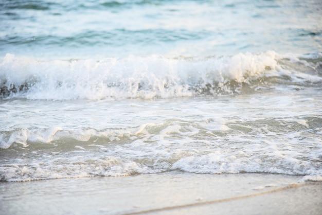 Van het achtergrond golfstrand overzees en zandige mooie blauwe oceaan