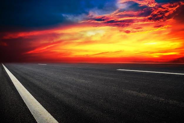 Van het achtergrond verkeerstekenontwerp textuur en de zonsonderganghemel van de vervoerstechnologie