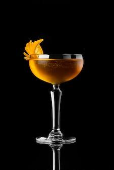 Van het de menurestaurant van de cocktail zwarte achtergrond van de het restaurantbar de wisky tonische sinaasappel wodka