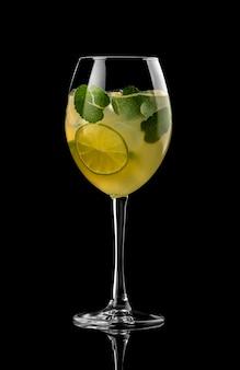 Van het de menurestaurant van de cocktail zwarte achtergrond van de het restaurantbar wodka wiskey tonische kalk citroengeel