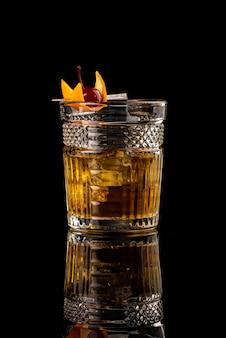 Van het de menurestaurant van de cocktail zwarte achtergrond van de het restaurantbar wodka wiskey tonische sinaasappel burbon