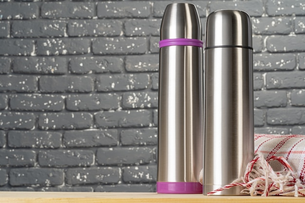 Van het de thermosflescontainer van het aluminiumfles dichte omhooggaand op lijst