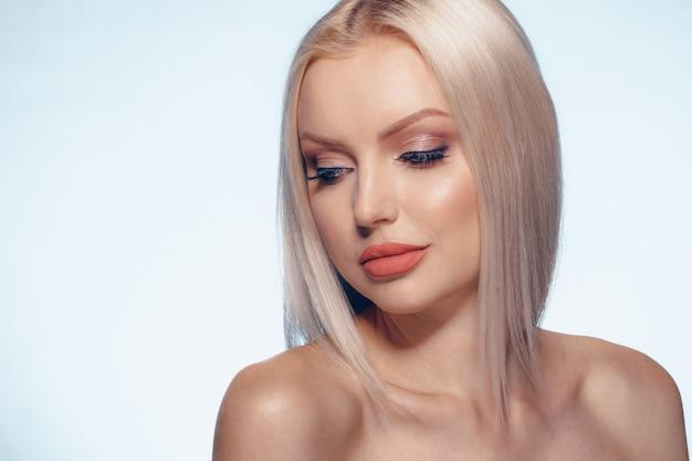 Van het de vrouwengezicht van de schoonheid maakt het natuurlijke omhoog dichte omhooggaand