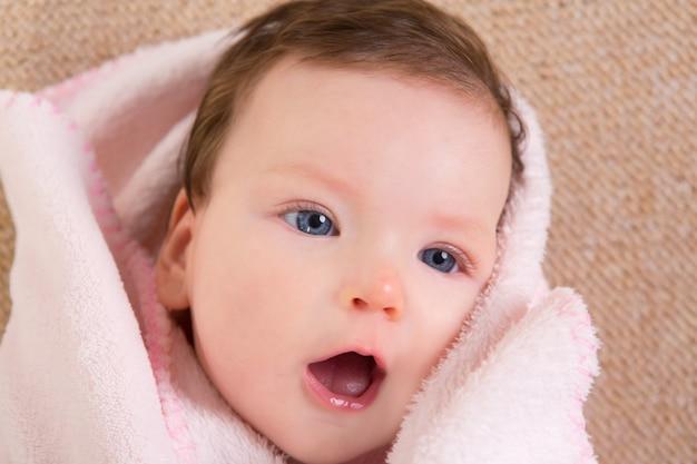 Van het het meisjegezicht van de baby het portret open mond