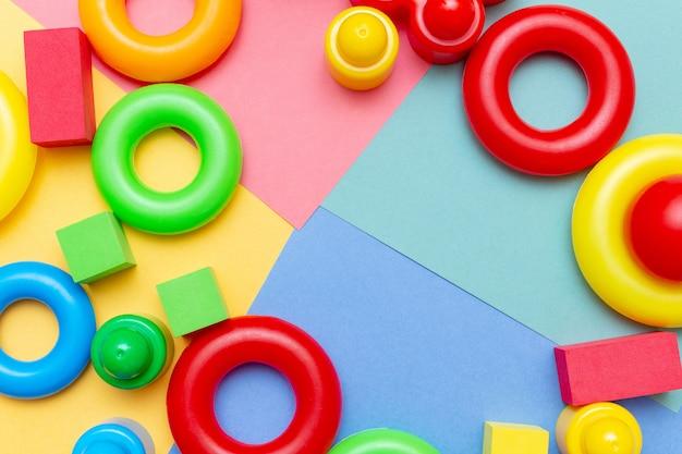 Van het het onderwijsspeelgoed van het kleurrijke kindjonge geitje het kaderachtergrond