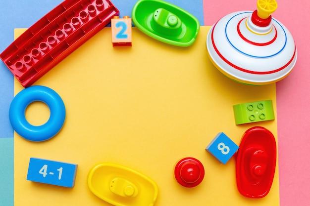 Van het het onderwijsspeelgoed van het kleurrijke kindjonge geitje kader als achtergrond