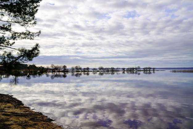 Van het het strandwater van sanguinet de zandige bezinning van het beeldmiror in landes frankrijk