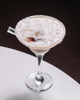 Van het tequilasap van kokosnotenmargarita het zijaanzicht van de de kokosnotenalcoholische drank