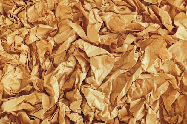 Van oud verfrommeld gekleurd perkamentpapier