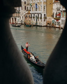 Vanaf een brug zicht op het lieftallige koppel tijdens een rondvaart door de grachten