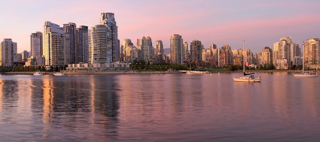 Vancouver bc skyline langs false creek in de schemering
