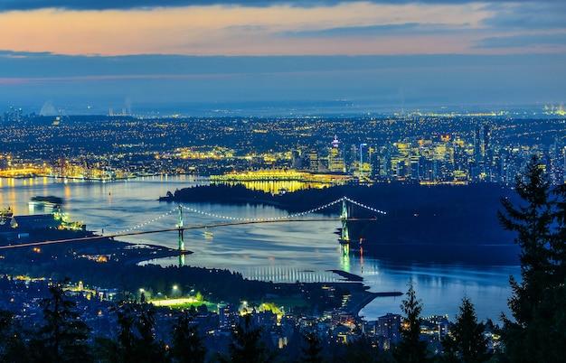 Vancouver de stad in van noord-vancouver in zonsopgangtijd