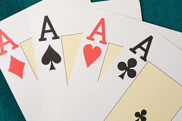 Vandaag heb ik goede handen. poker van azen