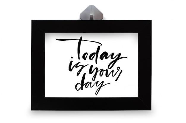 Vandaag is jouw dag. handgeschreven tekst. moderne kalligrafie. inspirerend citaat. geïsoleerd op wit
