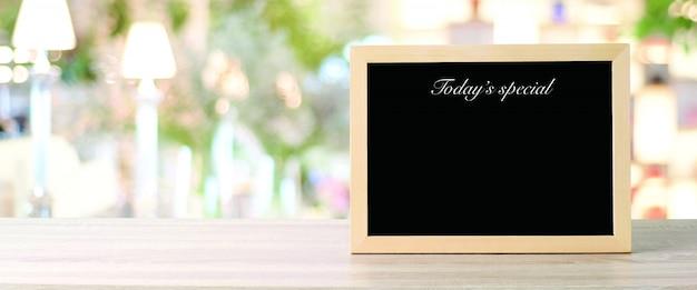 Vandaag speciaal menubord in restaurant, lege zwart krijt houten bord ingelijste ruimte