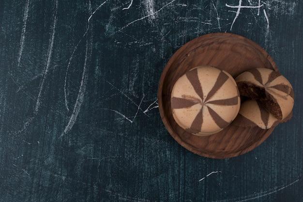 Vanille cacaokoekjes in een houten schotel, bovenaanzicht