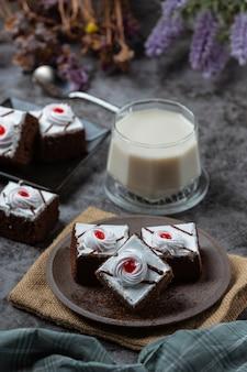 Vanille cake en chocolade in mooie decoratieve stukken gesneden.