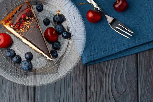 Vanille cheesecake met chocolade top en bessen