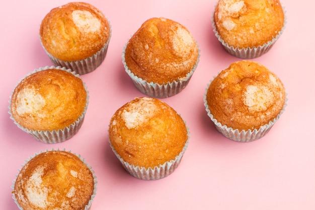 Vanille en suiker cupcakes op een roze achtergrond