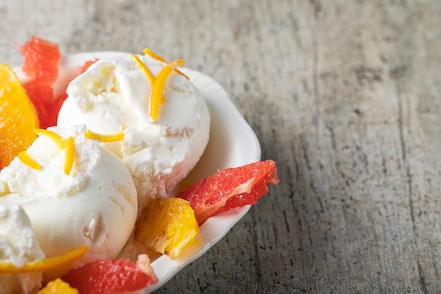 Vanille-ijs met watermeloen en stukjes sinaasappel
