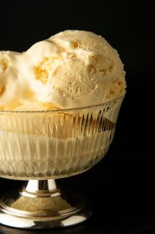 Vanille-ijs scoops in glazen elengant beker