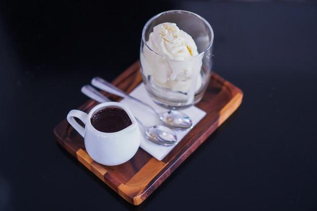 Vanille-ijs wordt in een helder glas geplaatst