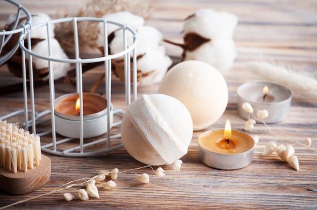 Vanille-perzik-aromabadbommen in kuuroordsamenstelling met droge bloemen