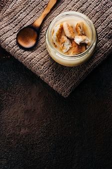 Vanille vla met zelfgemaakte cookie op houten tafel. bovenaanzicht. copyspace