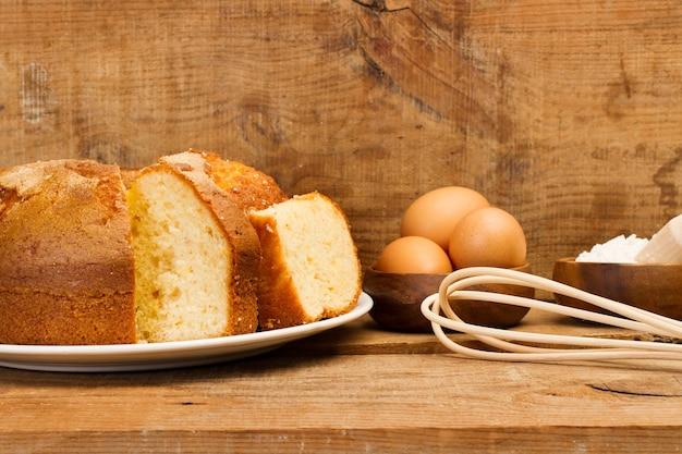 Vanillecake en ingrediënten op een rustieke houten lijst