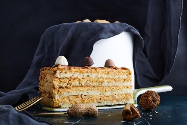 Vanillecake geïsoleerd op blauwe achtergrond.