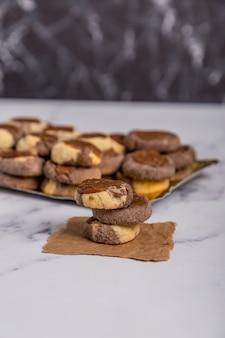 Vanillechocolade en kweepeerkoekjes op marmer