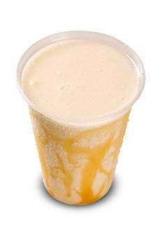 Vanillemilkshake op wit wordt geïsoleerd dat