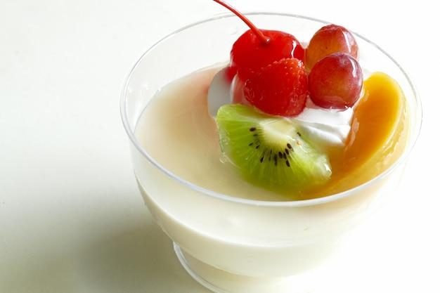 Vanillepuddingmousse topping met fruit